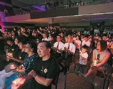 ??  ?? 出席者手持蠟燭,象徵生命的延續。