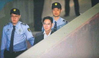 ?? JUNG YEON-JE/AGENCE FRANCE-PRESSE/GETTY IMAGES ?? Lee Jae-yong, center, the vice chairman of Samsung Electronics, was convicted on corruption charges in 2017, but served just one year in prison. In previous decades, big businesses like Samsung were the heart of the economy's strength in South Korea.
