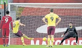??  ?? El gol. Barnes, el 10 de Burnley, engaña a Alisson y acierta el penal.