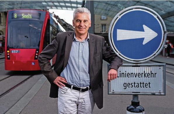 ?? Foto: Raphael Moser ?? Ueli Stückelberger auf dem Bahnhofplatz in Bern: Heute Montag soll das Parlament dem regionalen Personenverkehr neue Milliarden zusprechen.