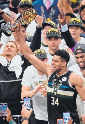 ?? ФОТО REUTERS ?? Лидер «Милуоки Бакс» Яннис Адетокунбо, приведший свою команду к первой за последние 50 лет победе в чемпионате НБА, получил приз самому ценному игроку финальной серии