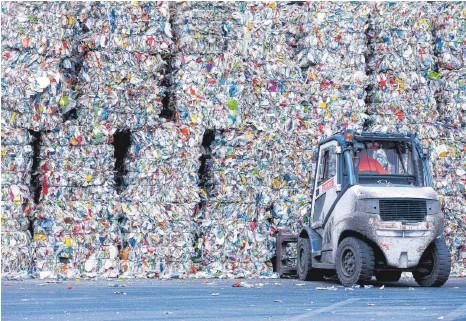 ?? FOTO: ROLF VENNENBERND/DPA ?? Gepresste Verpackungsabfälle auf dem Gelände des Entsorgungsunternehmens Remondis: Schwer zu recycelnde Verbundverpackungen sind der Grund, warum aktuell nicht einmal 60 Prozent der gesammelten Kunststoffe wiederverwertet werden.