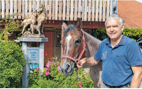 "?? Foto: Martin Kalb ?? Dr. Friedrich Lindner lässt sich gerne ""Pferdedoktor""nennen."