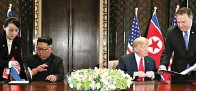 ?? JONATHAN ERNST/REUTERS ?? Trump dan Jong-un meneken perjanjian tiga lembar yang menjadi tanda bahwa dua pemimpin telah meninggalkan masa lalu AS dan Korut. Trump meneken perjanjian dengan bolpoin hitam yang dihiasi tanda tangan Trump dalam tinta emas.
