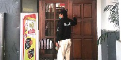 ?? EDI SUDRAJAT/JAWA POS ?? TAK ADA RESPONS DARI PENGHUNI: Untuk mengurus surat, warga mengetuk pintu rumah Imam Bahri di Perumahan Wisma Tropodo kemarin.