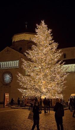 ??  ?? L'accensione dell'albero L'abete Duomo illuminato ieri (foto Ansa/Eccel)