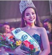 ??  ?? Felicidad. La nueva soberana se mostró agradecida por recibir la corona de ganadora.