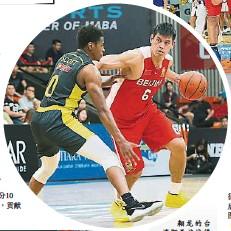 ??  ?? 翱龍的台灣阿美族戰將楊敬敏(右)決賽表現高光,9投6中砍下21分5籃板, MVP殊榮實至名歸。