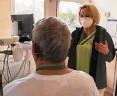 ??  ?? Mandy Berkes-Göbel (r.) testet die Lunge von Frank Wauer (61).