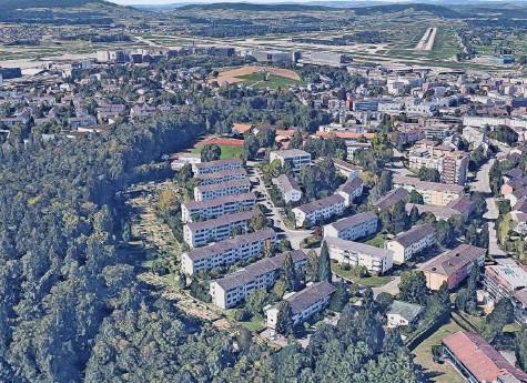 ?? Foto: Google Maps ?? Die acht langen, parallel nebeneinanderstehenden Wohnblöcke (vorne) am Waldrand in Kloten werden ersetzt. Geplant ist, sie in den kommenden Jahren durch doppelt so grosse Neubauten zu ersetzen.