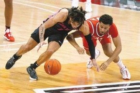 ?? JAY LAPRETE/ASSOCIATED PRESS ?? Penn State's Seth Lundy, left, and Ohio State's Seth Towns chase a loose ball during the second half of their Big Ten game in Columbus, Ohio, on Wednesday night.