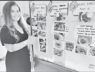 ??  ?? PELBAGAI: Christima menunjukkan menu makanan yang disajikan di gerai miliknya.