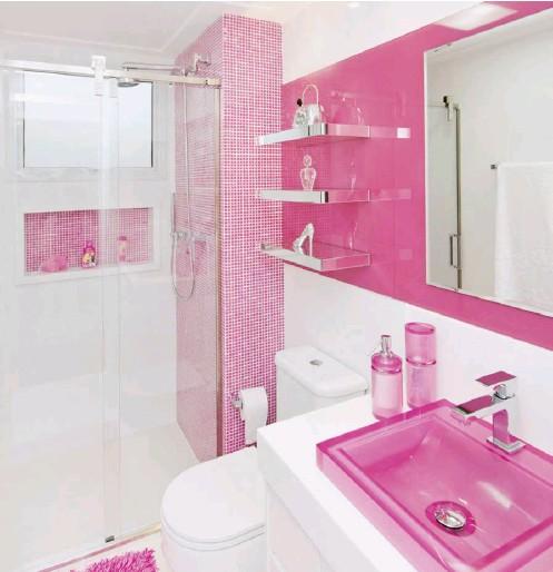 ??  ?? Ao fundo, o nicho na área do box também foi revestido com pastilhas na tonalidade rosa, dando unidade à composição Projeto, Erica Salguero; piso Portinari, revestimentos, metais e cuba Vallvé, Bollpi; box e espelhos, Givetro; iluminação, Emporio Luz Design.