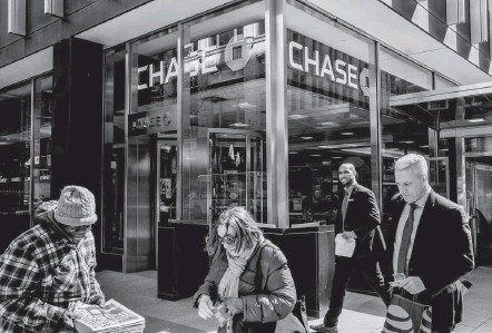 ?? CHRISTOPHER LEE/BLOOMBERG NEWS ?? JPMorgan Chase is among the U.S. banks pushing for changes to the Volcker Rule, which bars them from making certain kinds of risky bets with depositors' money. Critics call the rule, which was adopted in 2013, cumbersome and arbitrary.