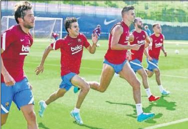??  ?? Sergi Roberto, Riqui, Piqué, Pjanic y Dest en un entrenamiento de esta semana.