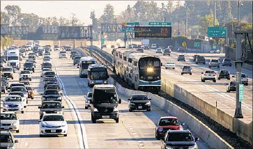 ?? Irfan Khan Los Angeles Times ?? TO MEET THE NATION'S climate goals under the Paris agreement, more states must follow California's lead by enacting stricter emissions regulations, experts say. Above, traffic on the 10 Freeway in Alhambra.