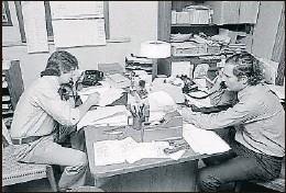?? GETTY IMAGES ?? Woodward y Bernstein (al teléfono), en la redacción de The Washington Post , en 1973, y debajo, los dos periodistas hablando por teléfono, en otra fotografía tomada en la redacción del diario, un año después