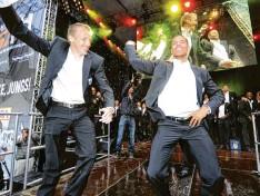 ?? Foto: Anne Wall ?? Die Partylöwen des FC Augsburg auf der Bühne: Michael Thurk und Marcel Ndjeng animieren die Fans am Rathausplatz.