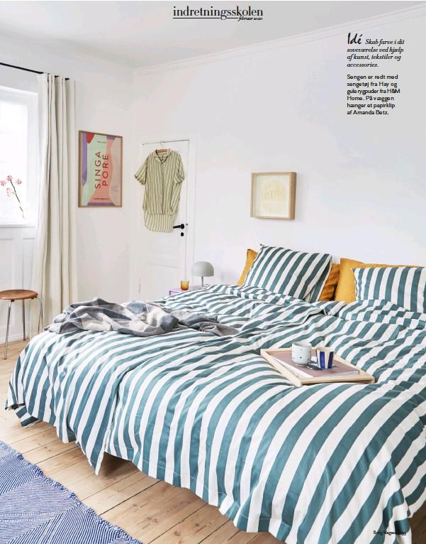 ??  ?? Sengen er redt med sengetøj fra Hay og gule rygpuder fra H&M Home. På vaeggen haenger et papirklip af Amanda Betz.