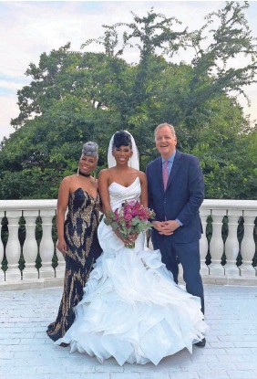 ?? PROVIDED BY D. LACY WEDDINGS ?? Southwest Airlines flight attendant JacqueRae Sullivan is flanked by American Airlines CEO Doug Parker and her mother, Patti Anderson, at Sullivan's wedding on May 30. Parker and Sullivan met on a Southwest flight a year ago and had an emotional talk about race.