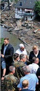 ??  ?? Angela Merkel machte sich gestern in Schuld ein Bild von den tödlichen Verwüstungen.