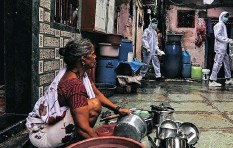 ?? EPA-EFE ?? A WOMAN washes her pots in a containment zones in Appa Pada area, a Covid-19 hot spot, in Mumbai, India. | DIVYAKANT SOLANKI