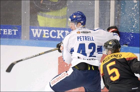 ?? FOTO: MARTTI KAINULAINEN / LEHTIKUVA ?? VILL TILL VM. Lennart Petrell får fortsätta jaga en plats i det slutliga VM-laget. Petrell hörde till de spelare som fick fortsatt förtroende då landslagstränaren Kari Jalonen tog ut en ny trupp i går.