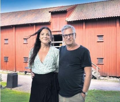 ?? Bild: Måns Langhjelm ?? Teater Tofta sätter upp Bergmans Scener ur ett äktenskap. Det är ett intimt drama där Susanna Helldén och Göran Parkrud är själva på scenen och spelar ett gift par. Susanna och Göran är ett par även i verkligheten.