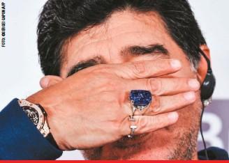 ??  ?? Los bielorrusos querían tenerlo contento. También le obsequiaron este anillo de zafiro y diamantes, valorado en 300.000 dólares, que satisfizo su pasión por las joyas y se volvió su amuleto.