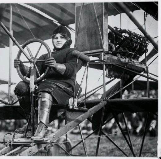??  ?? Blanche Stuart Scott at the controls of a Curtiss Model D, circa 1910. Scott was the first woman taught to fly by Glenn Curtiss.
