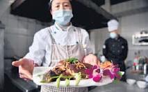 ?? (Photo by Liu Ranyang) ?? A restaurant prepares Tibetan dishes for tourists,Diqing,Yunnan