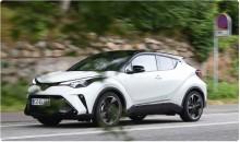"""??  ?? C-HR står for """"Compact High Rider"""" og """"Cross Hatch Runabout"""", der beskriver bilen som type. ▼"""