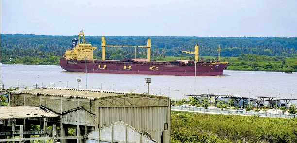 ?? Josefina villarreal ?? La draga de la compañía Jan de Nul deberá remover en dos semanas 130.000 metros cúbicos del canal de acceso.