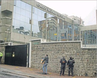 ?? RENÉ FRAGA / EXPRESO ?? Resguardo. Policías y militares aún permanecen en los exteriores del CNE para evitar posibles desmanes.