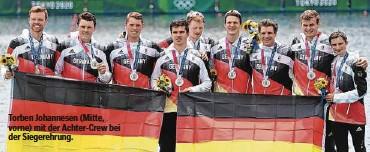 ??  ?? Torben Johannesen (Mitte, vorne) mit der Achter-Crew bei der Siegerehrung.