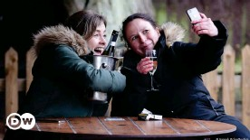 ??  ?? Despite wintery temperatures, people still enjoyed a glass of champagne or a pint of beer outdoors