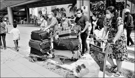 ?? Mario faustos / el comercio ?? • Los viajeros son recibidos por un familiar en la zona de parqueo del aeropuerto de Guayaquil.