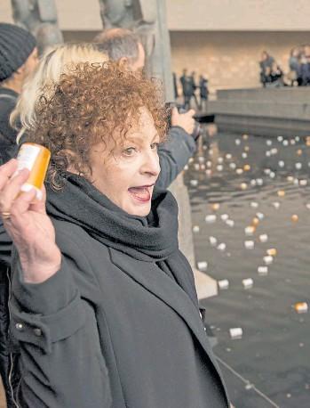 ?? THE NEW YORK TIMES ?? La artista Nan Goldin, adicta a los opioides en recuperación, en la protesta en el Metropolitan Museum
