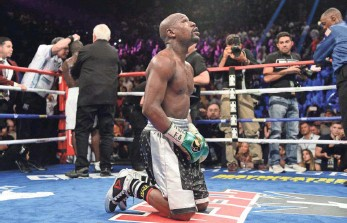 ?? JOE CAMPOREALE, USA TODAY SPORTS ?? Floyd Mayweather Jr. kneels in the ring after the final round of Saturday's bout vs. Andre Berto.