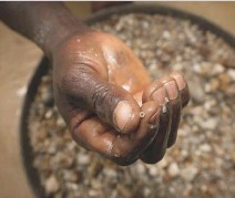 ??  ?? Miners toil in perilous conditions for low pay in South Africa's dwindling Diamond Coast operations. No wonder some train pigeons to help smuggle rough gems.
