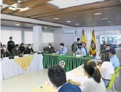??  ?? Las autoridades en medio del consejo de seguridad realizado en el Comando de la Policía.