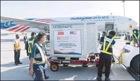 ??  ?? 科興疫苗抵達吉隆坡國際機場后,機場人員小心翼翼將這批疫苗運下機。這批疫苗仍需等待大馬藥劑監管局的批准后,才能在全國使用。