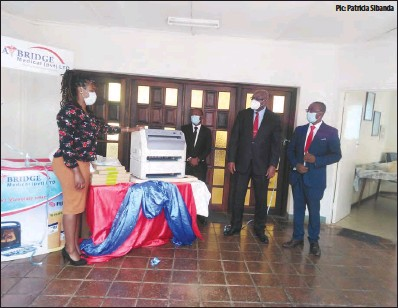 ?? Pic: Patricia Sibanda ?? Flat Bridge Medical Supplies engineer Melissa Gaza (left) and business developmen­t manager Oscar Msowa (second from left) handing over the Imager X-ray digital machine to Mater Dei Hospital board chairperso­n Francis Chiwora (second from right) in Bulawayo early this week