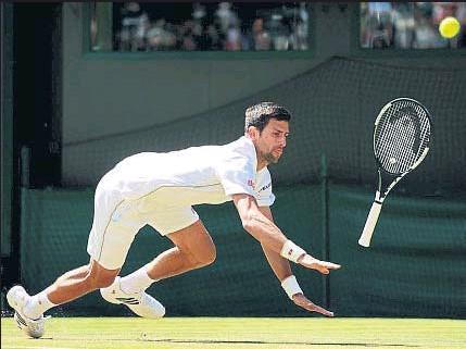 ?? ADAM PRETTY / GETTY ?? Novak Djokovic, por los suelos, antes de perder de forma inesperada