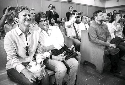 ?? File Photo/Ashley Landis ?? Donna Drury (left) and Diana Porter were among the couples who waited at the Records Building for word of when Dallas County would begin issuing same-sex marriage licenses after the U.S. Supreme Court ruling in June 2015. At the time, couples in some...