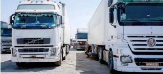 ??  ?? شاحنات محملة بالبضائع عند أحد المعابر الحدودية-)أرشيفية(