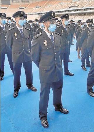?? // J. M. SERRANO ?? Agentes que juraron el lunes su cargo en el estadio de la Cartuja