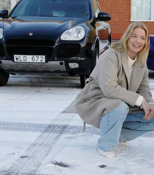 ??  ?? EPA- FÖRARE. Sara Hellberg och Benny Aspengren kör Epa-traktorer, men deras fordon är långt ifrån det som förr förknippades med skrotbilar. Sara kör en Porsche Cayenne och Benny en BMW E46. Både pluggar på Westerlundska gymnasiets fordonslinje.