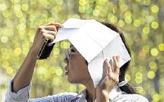 ??  ?? Una mujer se protege del inclemente sol en Moscú, ciudad rusa en la que el calor está llegando a niveles históricos.