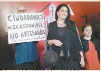 ??  ?? Un joven mostró el cartel detrás de la secretaria de Cultura.